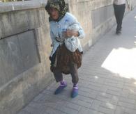 Yaşlı Kadın Yol Ortasında Darp Edildi