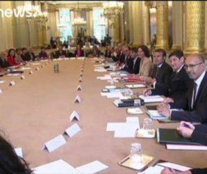 Fransa Ekonomi Bakanı Macron İstifa Etti
